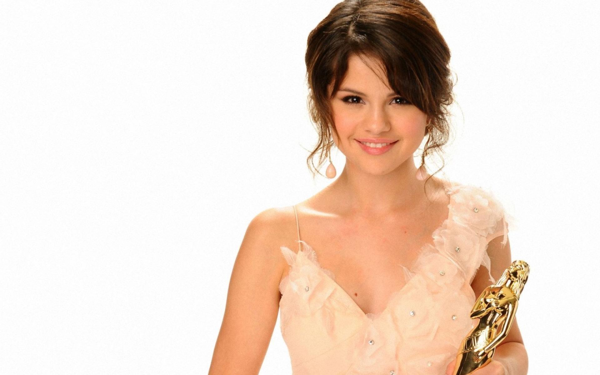 Selena Gómez sosteniendo un premio