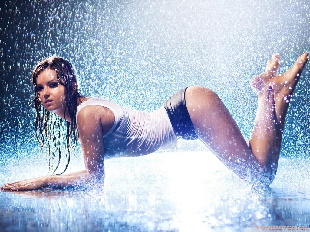Chica sexy mojada por la lluvia