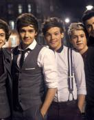 One Direction sonriendo a la cámara