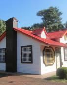 Una linda casita con techo rojo