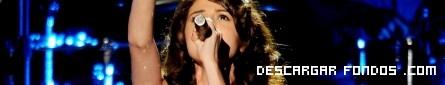 Selena Gómez cantando