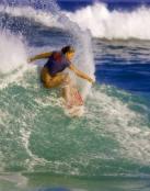 Chica practicando surf