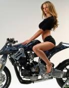 Moto con modelo sentada