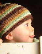 Bebé con gorrito de rayas